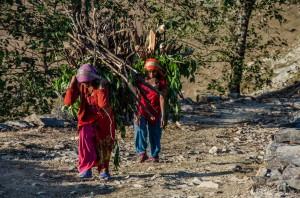Frauen beim Brennholzschleppen